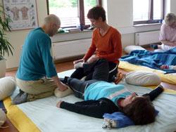 Praxisanleitung beim Shiatsu-Kurs
